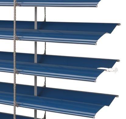 Řez lamelami venkovní žaluzie Zetta 70 v modré barvě